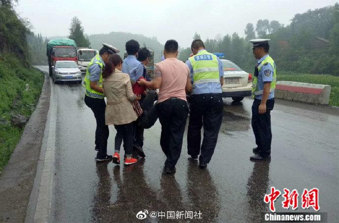 太冲动!云南男子与家人吵架行车途中竟纵身跳车