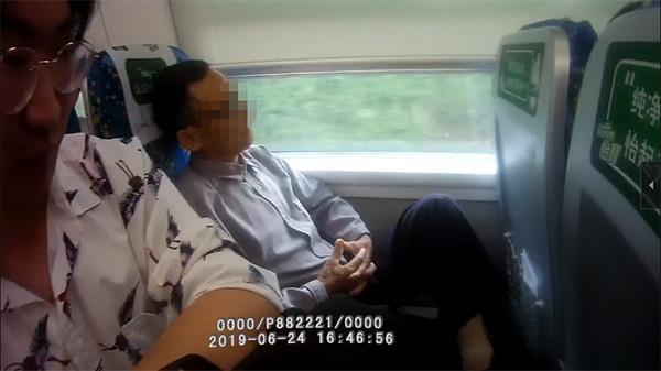 列车长规劝40分钟无果,动车上霸座老大爷到站后被行拘5天
