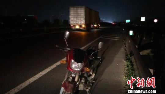 男子高速骑摩托车逆行10公里 迎面8位车辆驾驶员报警