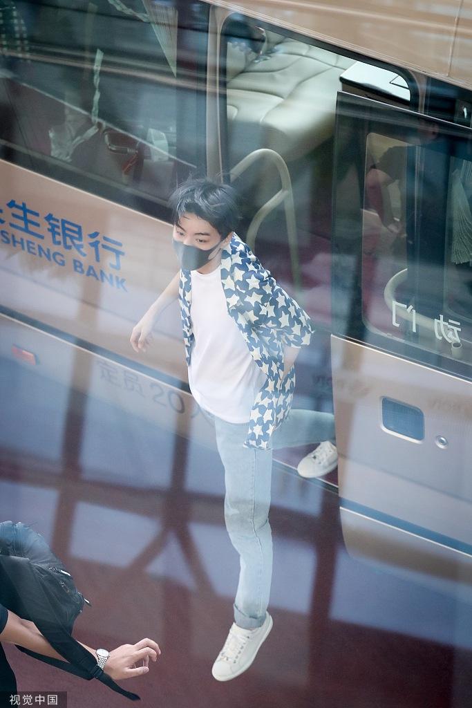 王俊凯口罩遮面低调疾行忙赶路 星星衬衫显青春活力