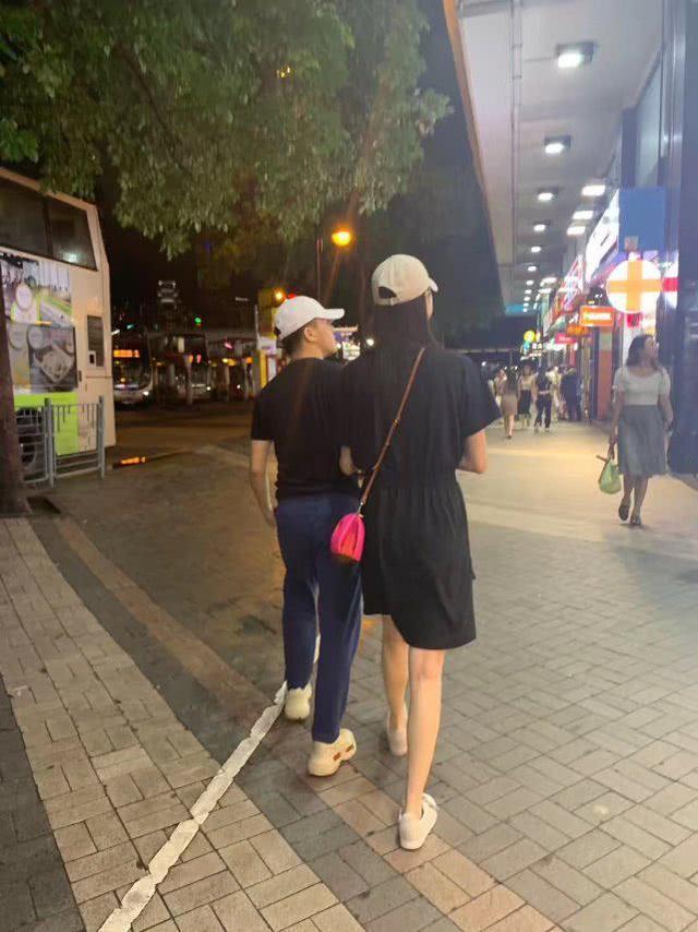 奚梦瑶、何猷君同戴情侣帽逛街被偶遇,女方看上去比男方高半个头