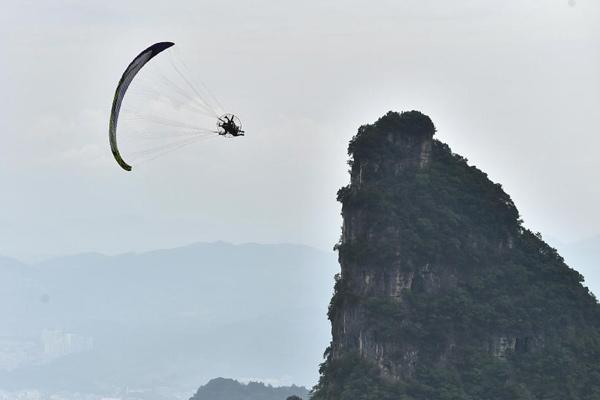 动力伞特技飞行选手试飞张家界天门山