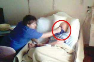 澳女子养老院装监控发现父亲被护工捂口鼻