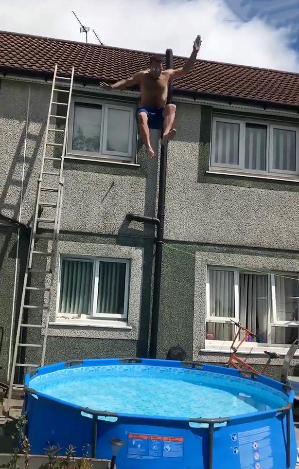 为赢500块钱赌注 男子从两层楼顶跳进简易泳池