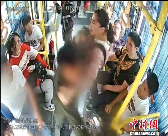 """女学生制止抢夺方向盘救一车乘客 获""""守护公交安全奖"""""""