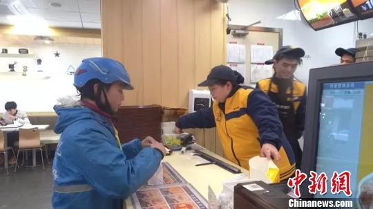 """县城里的外卖""""单王"""" :一年出勤363天 送出近3万单"""