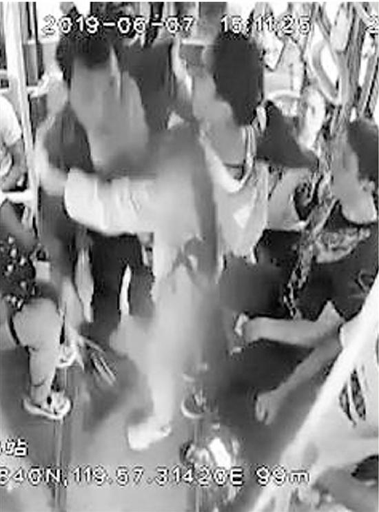 公交车上有人抢夺方向盘 初三女生挺身制止