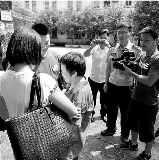 失踪30年母亲在广州救助站找到 姐弟三人抱着妈妈喜极而泣