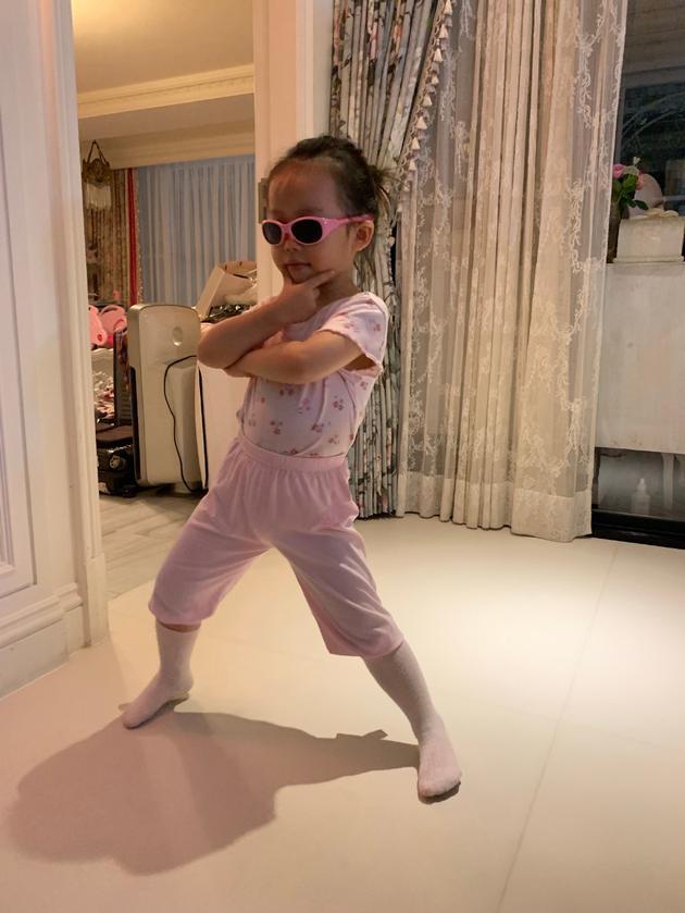 秦昊伊能静为3岁女儿庆生 小米粒带墨镜站姿霸气