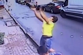 千钧一发!17岁少年徒手接住从2楼跌落的女童
