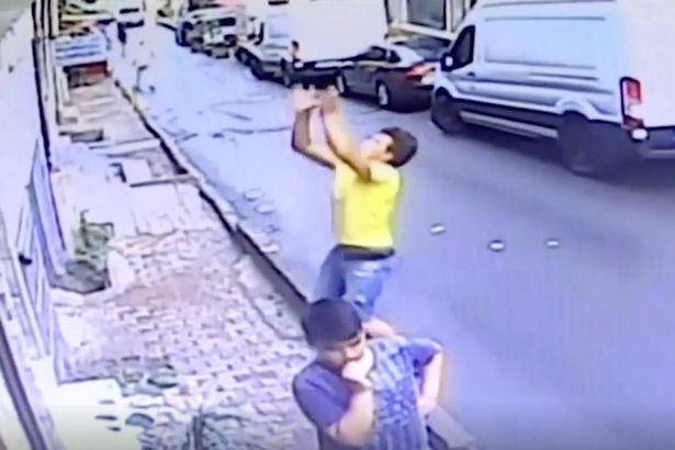 惊险!土耳其移民少年徒手接住从二楼坠落小女孩