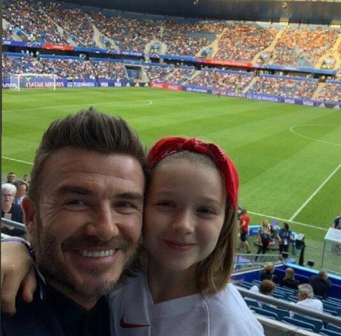 贝克汉姆带女儿小七现身勒阿佛尔观看女足世界杯,父女互动超有爱! 