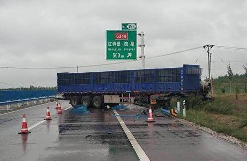 """宁夏境内高速发生事故,一辆重型半挂车扭断""""脖子""""!"""