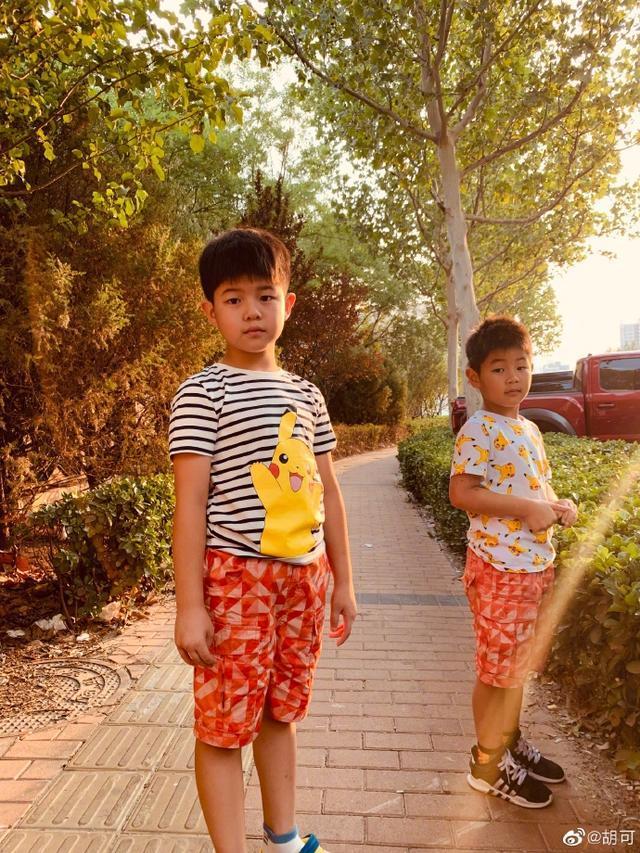 安吉和小鱼儿穿同款花裤衩,一起看妈妈的镜头