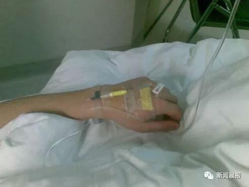 小伙肚痛难忍躺进ICU!医生剖开他的肚子,惊呆了,这个坏毛病一定要改