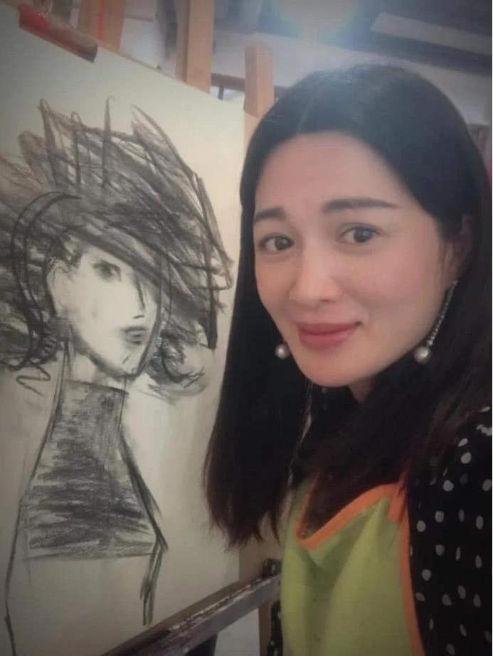 42岁陈少霞挺9月巨肚学绘画 脸型圆润似少女