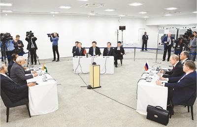 习近平出席中俄印领导人会晤