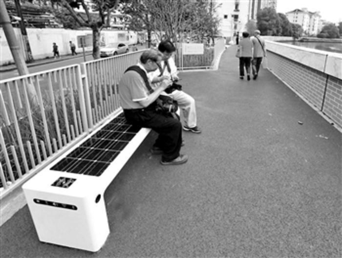 """""""太阳能智能坐凳""""亮相苏州河畔"""