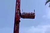 吓人!印度一游乐场设备钢缆断裂 高空坠落