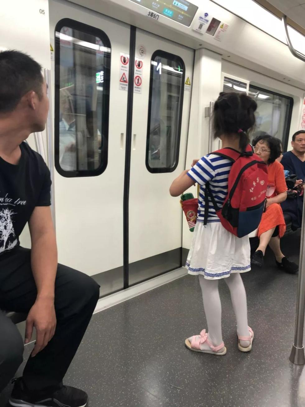 孩子在地铁站走丢,找到后,妈妈第一个举动竟是……令人诧异