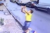 惊险!土耳其少年徒手接住从二楼坠落小女孩