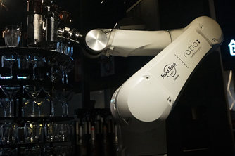 动作炫酷的AI智能机器人调酒师首现天津