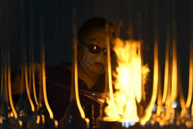 探访特种玻璃生产厂:火焰中的艺术