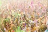 穿着彩色粉末激情起跑 莫斯科彩色跑举办
