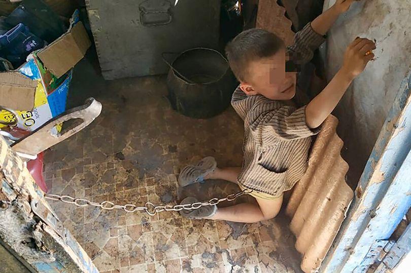 乌克兰六岁男童遭父亲虐待 被铁链捆绑栓在门上