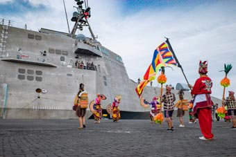 美科幻三體戰艦訪問菲律賓 當地土著載歌載舞