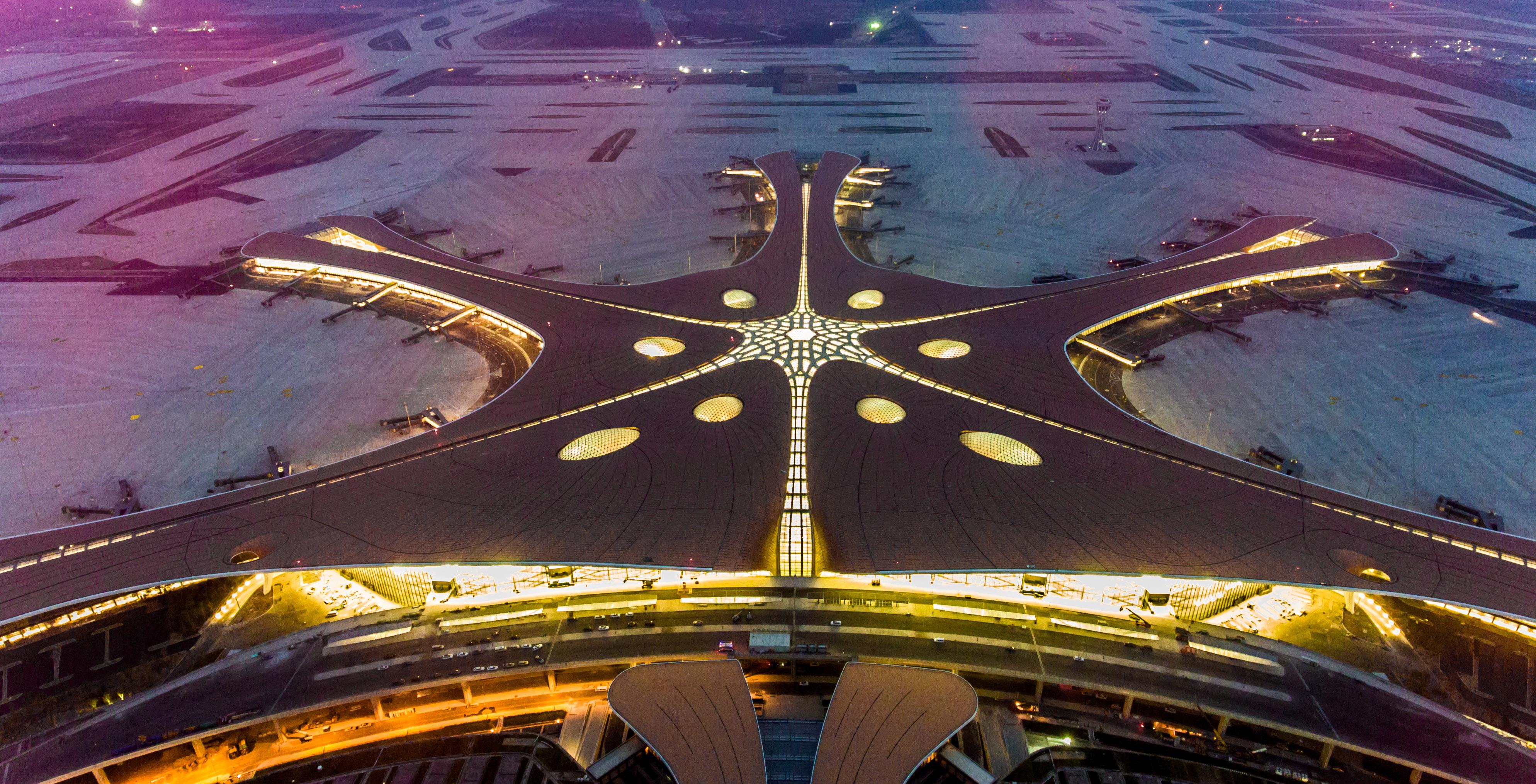 北京大兴新机场主要工程竣工 夜晚候机楼更绚丽