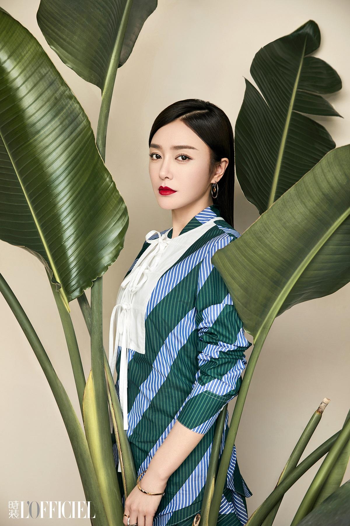 秦岚登七月刊封面 演绎优雅知性魅力女人