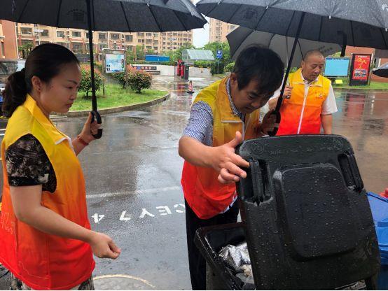 垃圾分类条例实施首日,来看上海如何打好这场硬仗