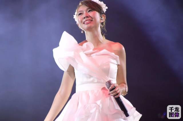 卓依婷演唱会广东惠州开唱 甜美笑容自信耀眼