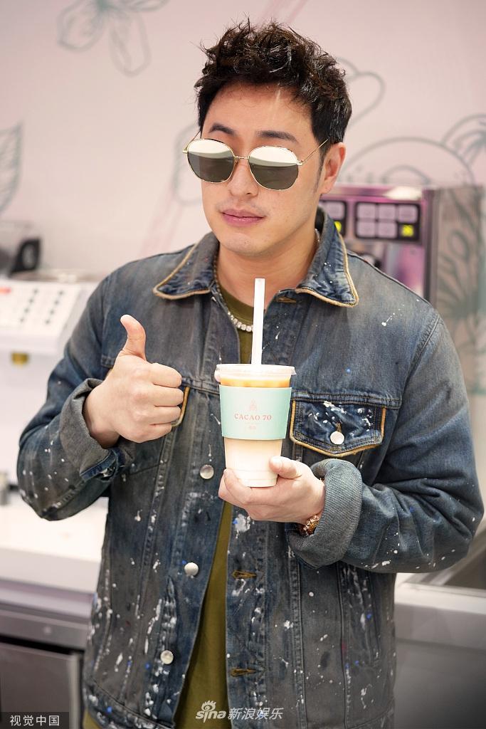 潘玮柏为自己奶茶店打call 狂吸奶茶吃雪糕不怕胖