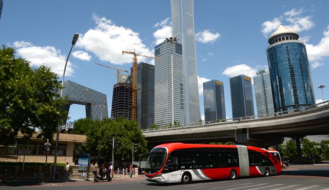 """""""中国红""""18米长纯电动公交车成为京城一道风景"""