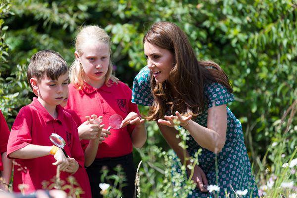 凯特王妃出席汉普顿宫花园节 与萌娃亲切互动