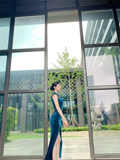 克拉拉晒旗袍美照 身材姣好复古迷人