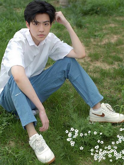 许淇杰白衬衣写真 萌系少年眼神清澈