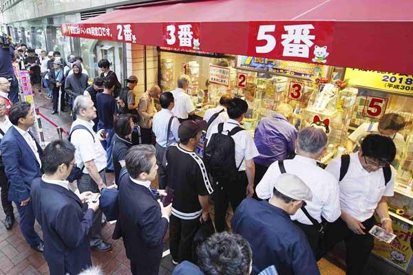 日本夏日巨奖彩票开售 彩民排长队抢购
