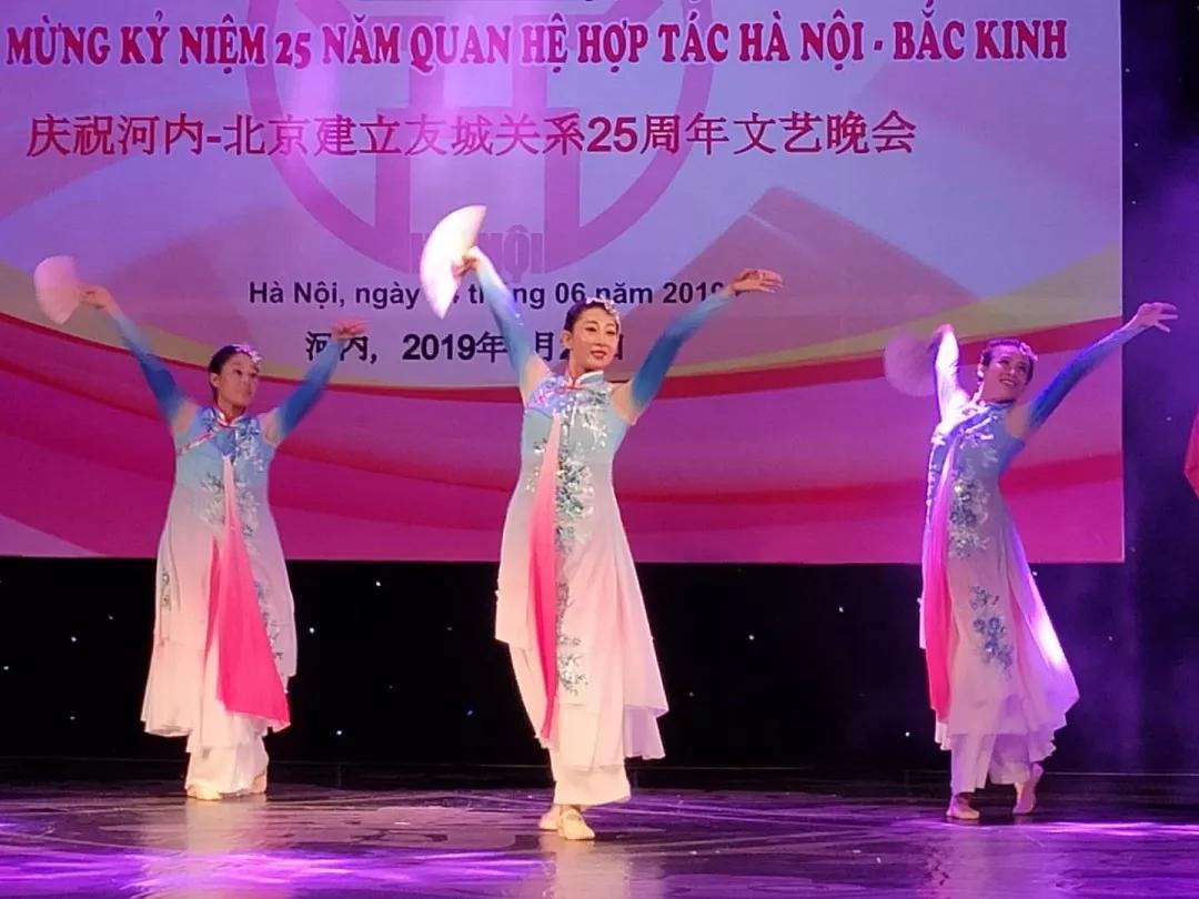 用艺术为纽带 河内-北京建立友城关系25周年文艺晚会举行