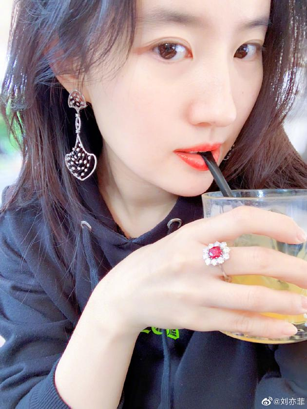 刘亦菲晒跳舞视频看不清人影 网友劝其放弃滤镜