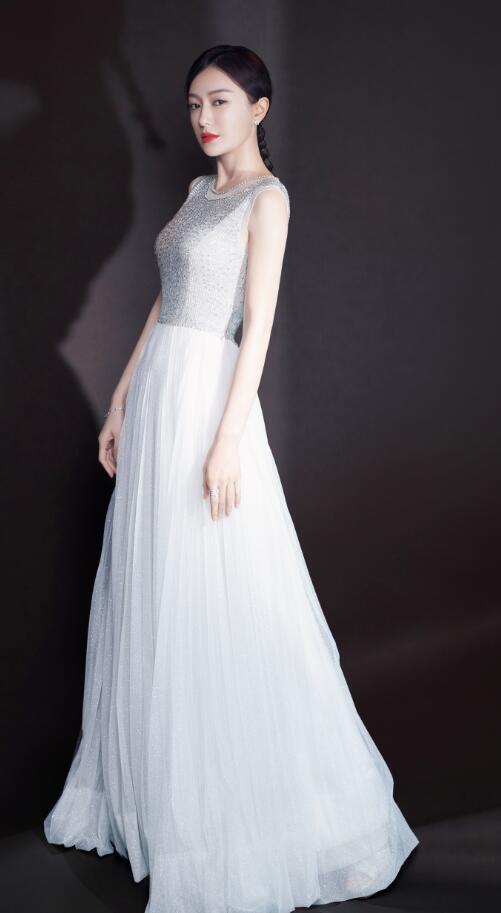 """秦岚身穿一袭白纱长裙,气质俱佳,美得像个""""白天鹅"""""""