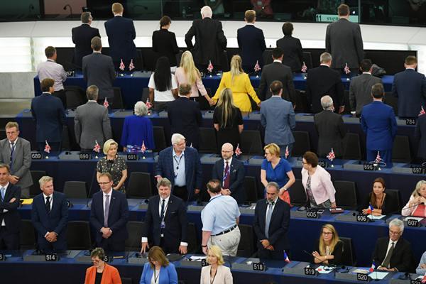 欧洲议会开幕 英国脱欧党成员背对议会表抗议