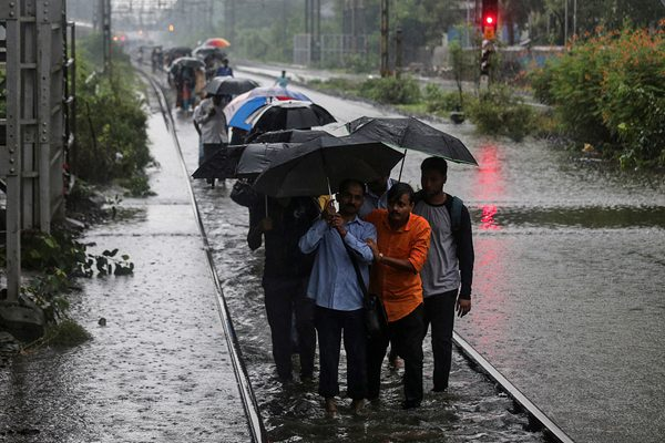 孟买遭遇连日暴雨侵袭 铁轨被雨水淹没