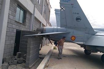 """西班牙空軍F18戰機""""溜車""""發動機撞上墻"""