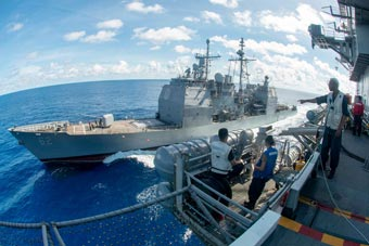 美航母攜巡洋艦在西太平洋進行海上補給