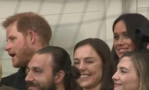 """哈里王子看球赛时""""无视""""妻子搭话 梅根表情亮了"""