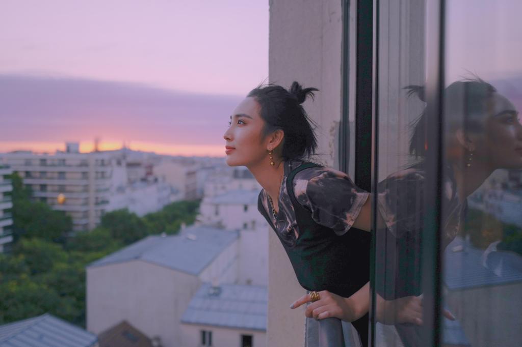 王紫璇巴黎窗台写真 丸子头映衬天鹅颈气质清冷