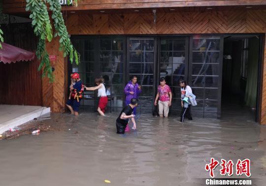 强降雨屡袭三亚 消防紧急排涝救出孕妇儿童
